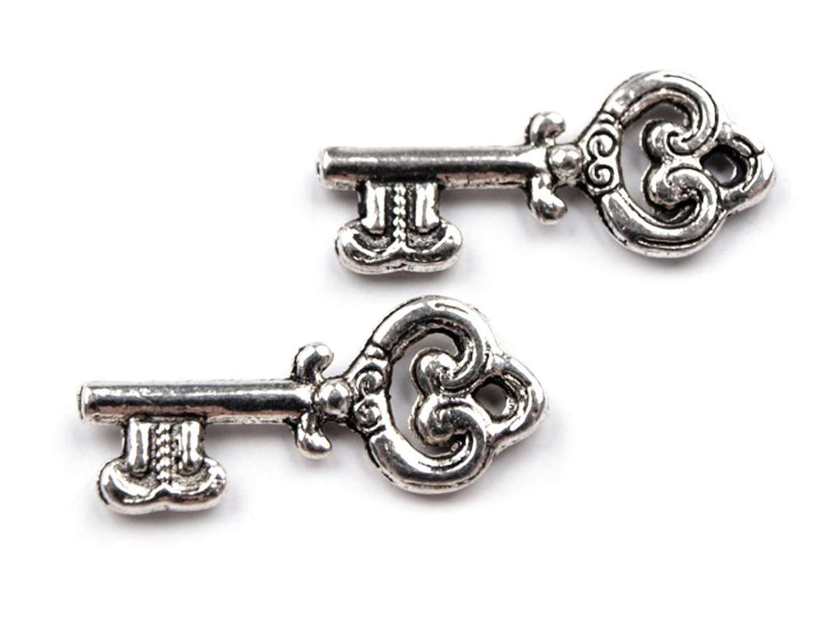 Přívěsek KLÍČEK 9x20mm - kov, zdobený, barva tibetské stříbro, klíč, vhodný pro výrobu šperků, dekorací, scrapbook, cardmaking
