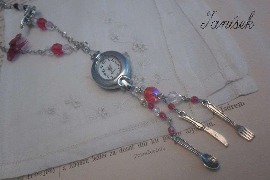 """Náhrdelník s hodinkami v červené barvě """"Základní potřeba"""" Veronika """"Tanísek"""" Kocková"""