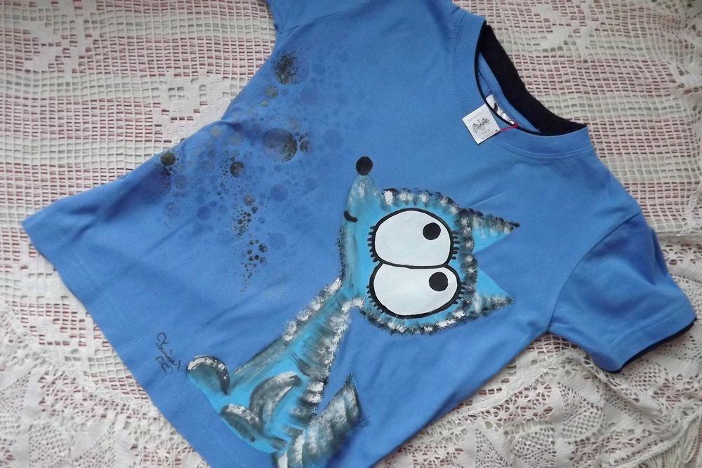 Šerý vlk ručně malovaný na modrém bavlněném tričku s krátkým rukávem a vrstveným efektem, velikost 128