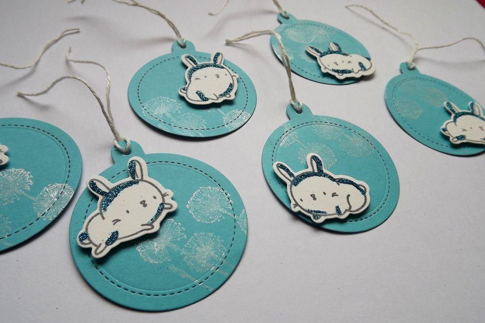 Králíček s modrými třpytkami na modré stříbrně potištěné jmenovce na vánoční dárky