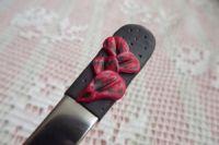 1. černá lžička s červenými květy -ručně modelovaná