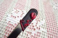 2. černá lžička s červenými květy -ručně modelovaná