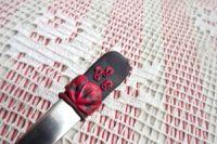 černá lžička s červenými květy -ručně modelovaná
