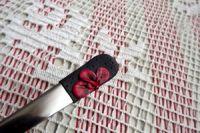 4. černá lžička s červenými květy -ručně modelovaná
