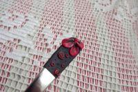 7. černá lžička s červenými květy -ručně modelovaná