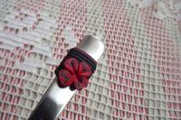 8. černá lžička s červenými květy -ručně modelovaná