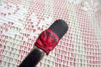 9. černá lžička s červenými květy -ručně modelovaná