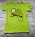 Zelený chameleon na větvi 122
