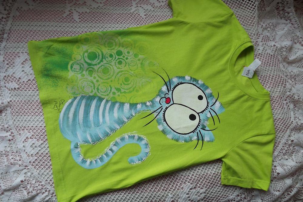 Zelenomodrá ručně malovaná kočička na veselém zeleném tričku s krátkým rukávem ve velikost xs