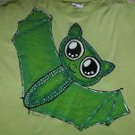 VEselý zelený netopýr ručně namalovaný na zeleném bavlněném tričku s krátkým rukávem.velikost xxL