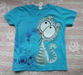 Třetí kocour - ručně namalovaný veselý modrozelený kocour na modrém bavlněném tričku s krátkými rukávy velikost 122