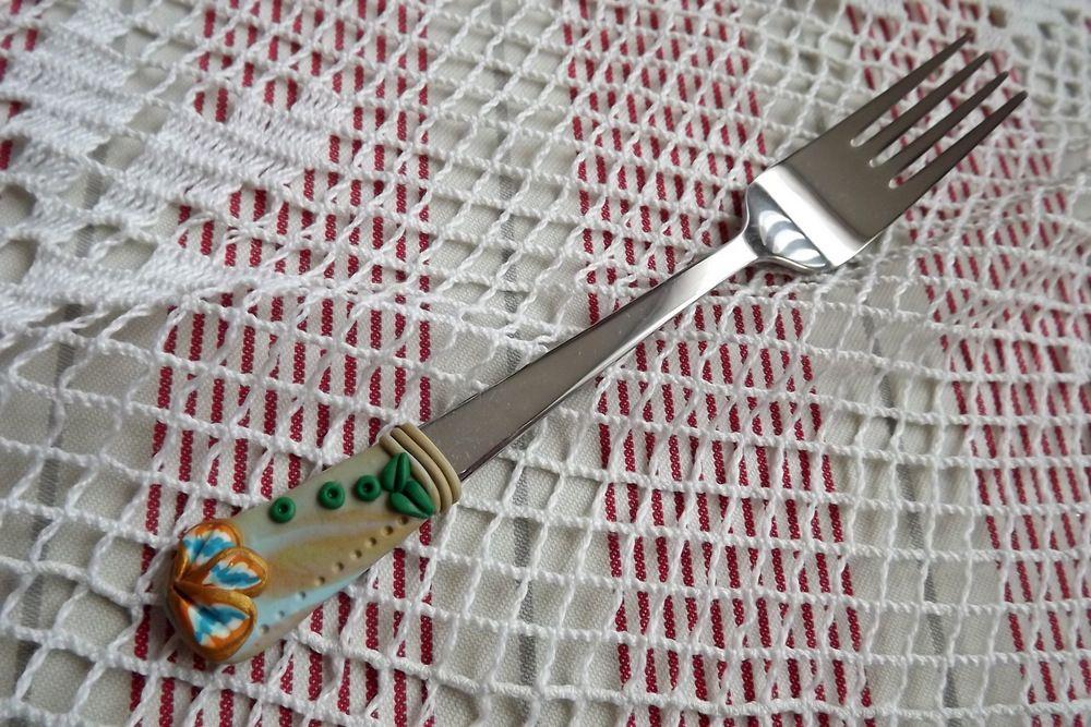 ručně modelovaná fimo vidlička zlatá, tyrkysová, květy, lístečky