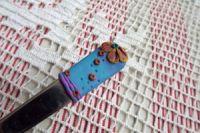 6. medová - ručně modelovaná lžička s medovými květy a snovým pozadím
