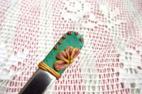 6. ručne modelovaná fimo dlouhá lžička s medovým květem na zelenozlatém podkladu
