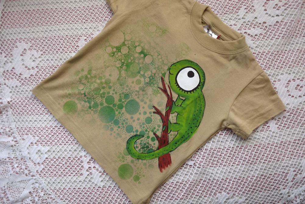 Chameleon na hnědém - ručně malované bavlněné tričko s krátkým rukávem velikost 104