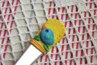 žlutozlatá vidličk s modelovaným ptáčkem