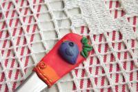 červenooranžová vidlička s modelovaným ptáčkem