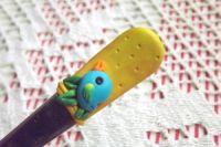Ptáček 7. na žlutém podkladu se zlatým nádechem - fimem dekorovaná lžička dlouhá 17cm.