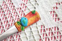 Oranžovozlatá vidlička s modelovaným ptáčkem
