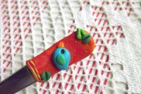 Ptáček 4. na červeném podkladu se zlatým nádechem- fimem dekorovaná lžička dlouhá 17cm.