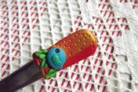 Ptáček 3. na červenozlatém podkladu - fimem dekorovaná lžička dlouhá 17cm.