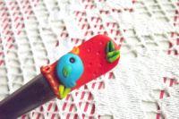 Ptáček 5. na červeném podkladu - fimem dekorovaná lžička dlouhá 17cm.
