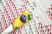 Zlatožlutá vidlička s modelovaným ptáčkem