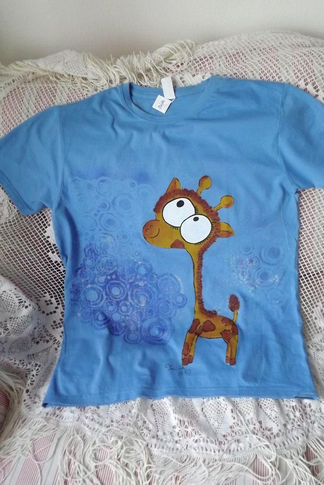 Žirafa na modrém tričku velikosti M, krátký rukáv - ručně malované v Plzni