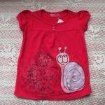 Na červeném tričku - veselý šnek na dívčím tričku s krátkým rukávem - bavlna - velikost 98 délka trička 43cm, šířka 32cm