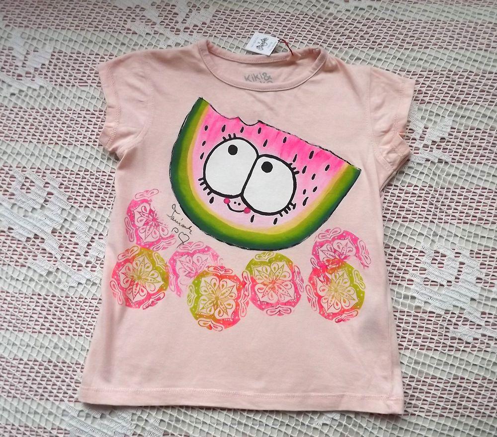 Veselý, šťavnatý meloun usmívající se na růžovém bavlněném tričku růžové barvy. veilkost 98
