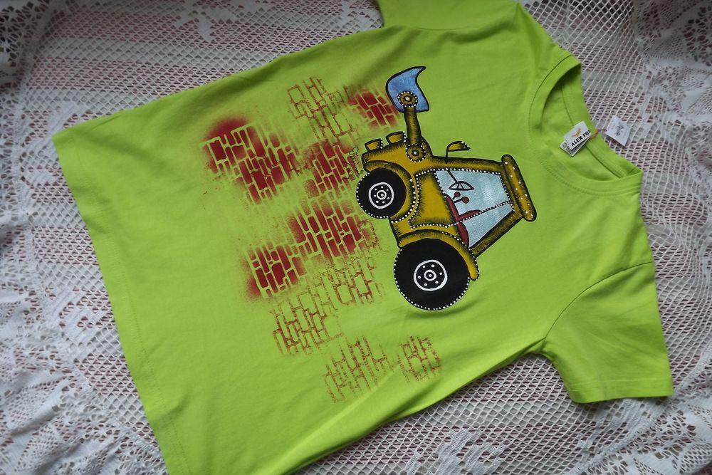 Tričko s bagrem 1 - ručně malované jasně zelené tričko ze 100% bavlny, s krátkým rukávem a velkým oranžovým bagrem se zvednutou lžící