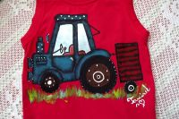 Červené tílko s namalovaným modrým traktorem s valníkem veliksot 104