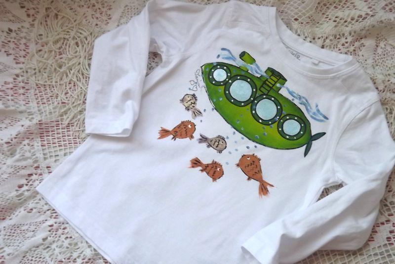 Ponorka 1. Bílé bavlněné tričko s dlouhým rukávem s ručně namalovanou ponorkou