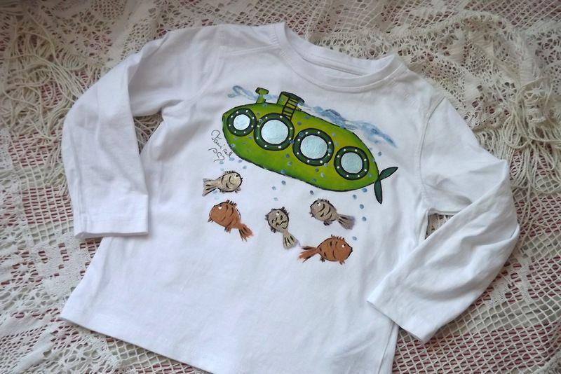 Turboponorka 1. - ručně malované bílé tričko s dlouhým rukávem, ponorkou a rybami.