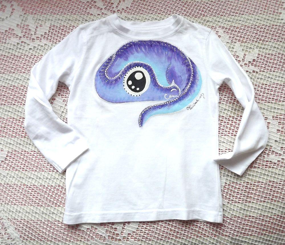 Bílé s fialovým - bílé bavlněné tričko s ručně malovaným fialovým drakem stočeným do klubíčka - velikost 98