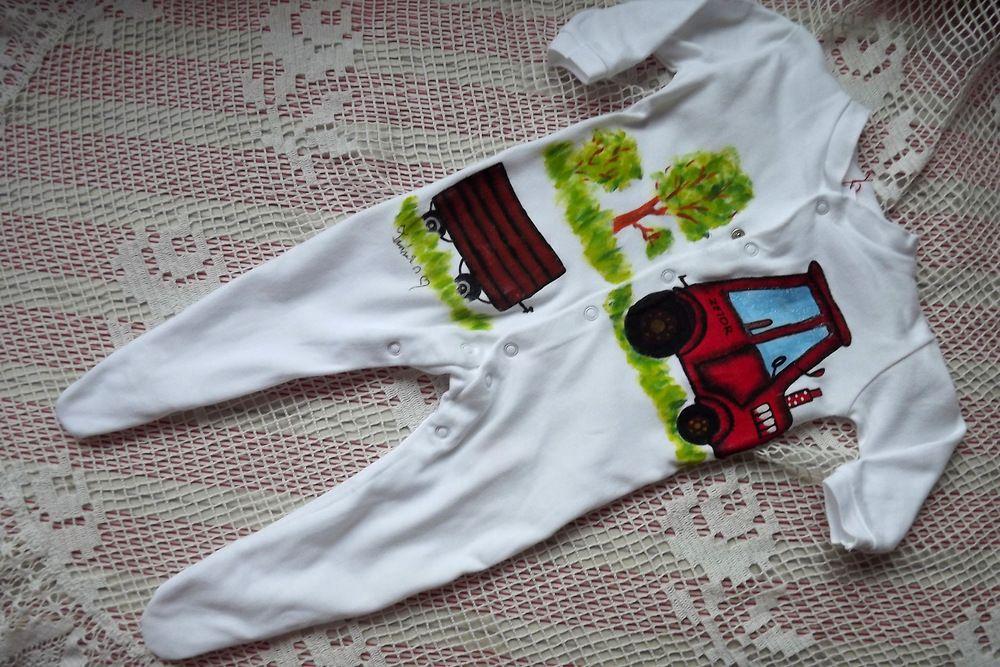 traktor s valníkem ručně namalovaný na dětském propínacím bavlněném overálku s dlouhým rukávem a nohavičkami s chodidly. velikost 68