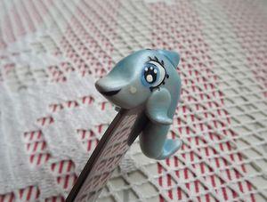 DElfín Fí - ručně modelovaná a oboustranně malovaná dlouhá lžička