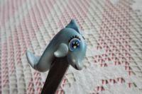 Delfín FíNa - ručně modelovaná a oboustranně malovaná dlouhá lžička