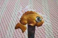 Zlatá rybka - ručně modelovaná a oboustranně malovaná dlouhá lžička