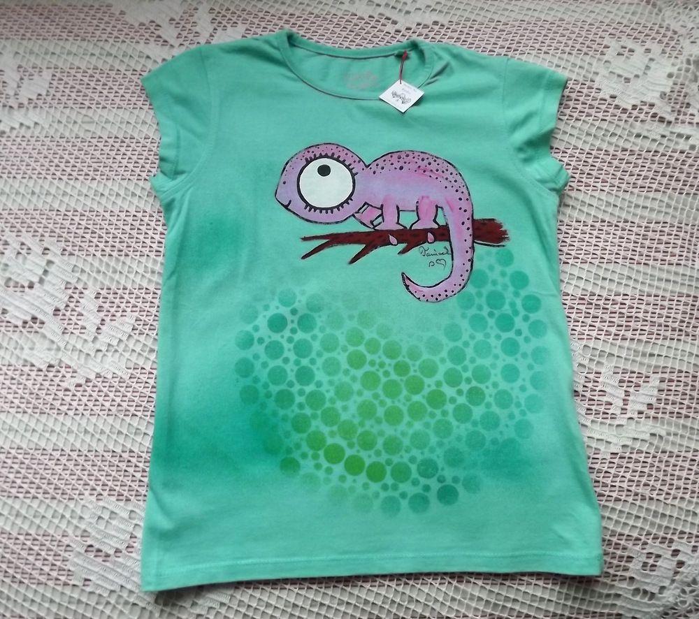 Růžový veselý ručně malovaný chameleon na dívčím zeleném tričku - zelená mandala - velikost 122