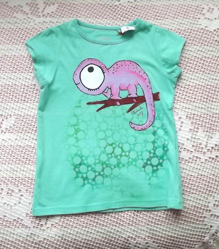 Růžový veselý chameleon ručně namalovaný na zeleném bavlněném tričku s krátkými rukávy, velikost 110