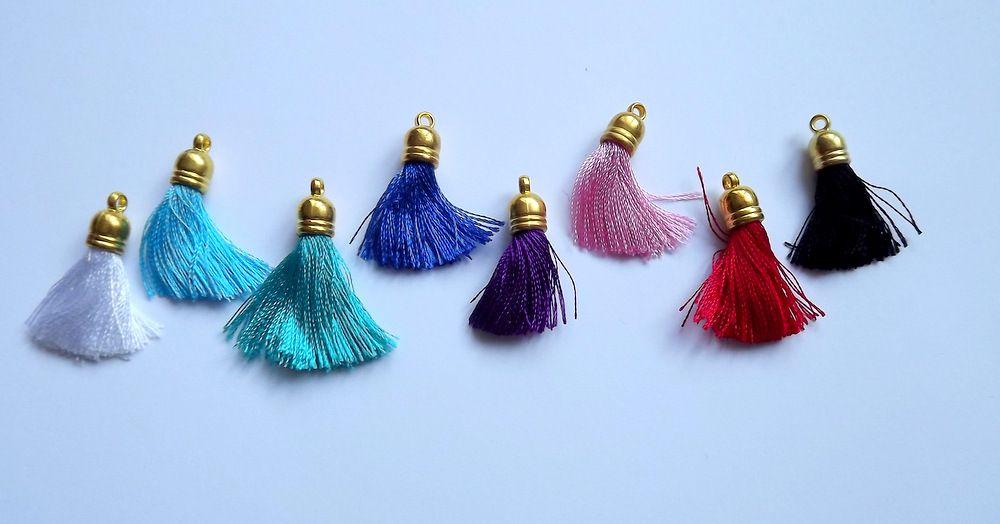 Hedvábný střapec 3cm dlouhý, barva bílá, červená, zelená, tyrkysová, černá, růžová, fialová, modrá, pro tvorbu šperků, očko, přívěšek