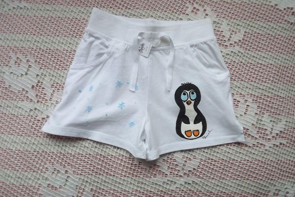 Tučňák vlevo - ručně malované bílé kraťásky pro dívku 7-8 let na druhé nohavici jsou plastivké světlounce modré vločky