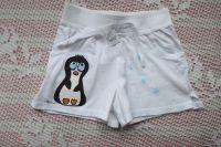 Tučňák vpravo - ručně malované bílé kraťásky pro dívku 7-8 let na druhé nohavici jsou plastivké světlounce modré vločky