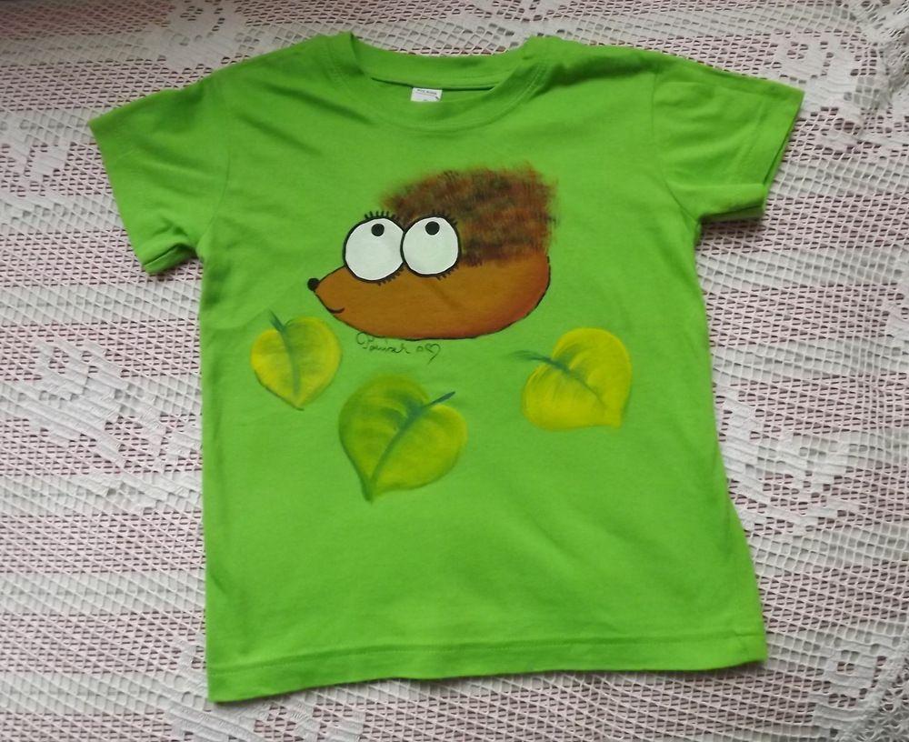 Veselé jasně zelené tričko s ručně namalovaným ježkem a spadaným listím - velikost 116, 100% bavlna,krátké rukávy