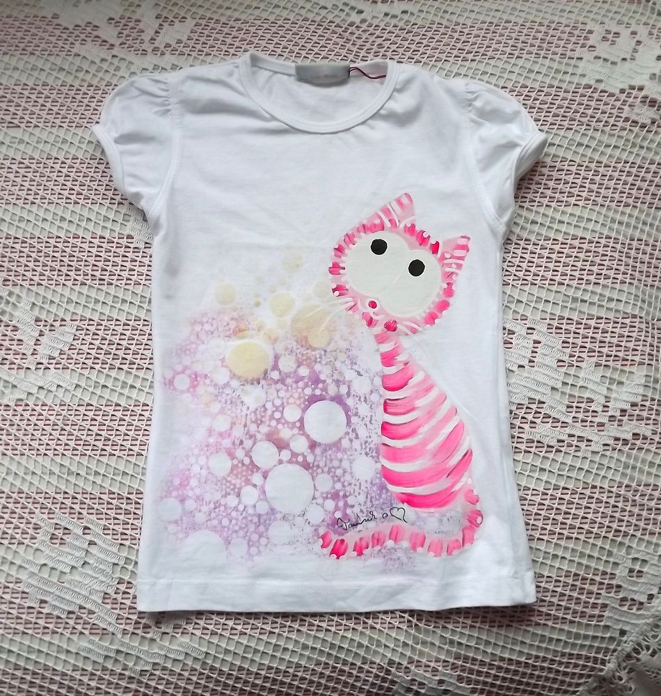 Bílé bavlněné tričko s krátkými rukávy - ručně malovaná jemná růžovobílá kočička ve zlatém oparu. velikost 116