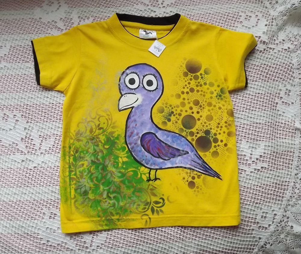 Ručně malovaný barevný papoušek na žlutém bavlněném tričku s vrstveným efektem na rukávech a u krku. velikost 116