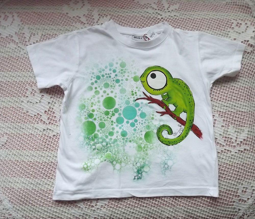 Bílé bavlněné tričko s chameleonem lezoucím po větvi zahalený zelenými bublinkami velikost 116