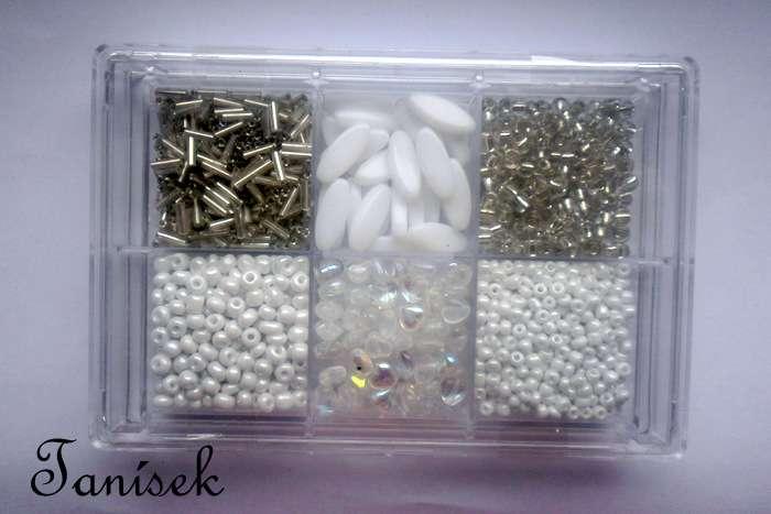 Bílá tříděná směs v krabičce - skleněné korálky - bílé průhledné, neprůhledné, matné, lesklé, opalizující, s listrem, trubičky, rokajl, oválky, srdíčka