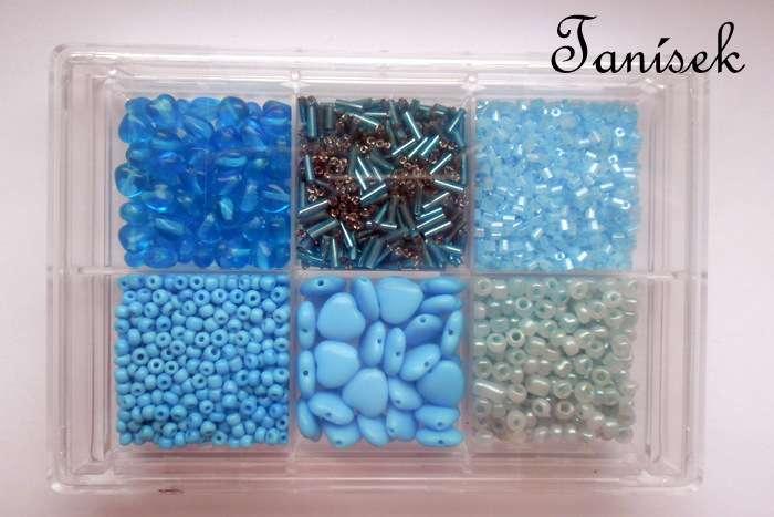 Světlemodrá tříděná směs v krabičce - skleněné korálky -lesklé, matné, průhledné, neprůhledné, trubičky, rokajl, sekané, srdíčka, malá, velká modrá, nebeská, různé odstíny